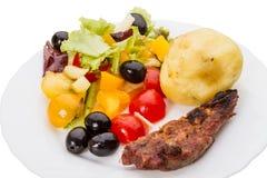 Ensalada vegetal con las aceitunas y la carne imagen de archivo libre de regalías