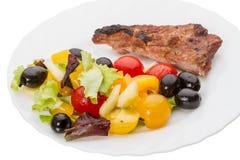 Ensalada vegetal con las aceitunas y la carne frita fotos de archivo libres de regalías
