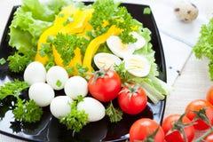 Ensalada vegetal con los huevos de codornices imágenes de archivo libres de regalías