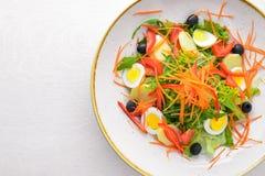 Ensalada vegetal con los huevos del pollo En un fondo de madera foto de archivo libre de regalías
