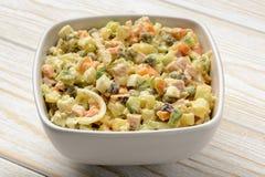 Ensalada vegetal con los huevos, la zanahoria, las patatas, los guisantes verdes, los pepinos y el vestido Fotografía de archivo libre de regalías