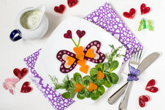Ensalada vegetal creativa para el día de tarjetas del día de San Valentín Imagenes de archivo