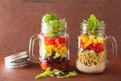 Ensalada vegetal de la quinoa del vegano en tarros de albañil Imagenes de archivo
