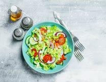 Ensalada vegetal Ensalada de pepinos, de tomates y de cebollas rojas con las especias y el aceite de oliva fotos de archivo libres de regalías