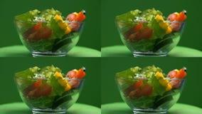 Ensalada vegetal en el bol de vidrio que gira, comida vegetariana, aperitivo sabroso, dieta almacen de metraje de vídeo