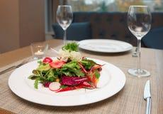 Ensalada vegetal en la tabla del restaurante Foto de archivo libre de regalías