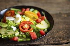 Ensalada vegetal en una comida sana del concepto de la p?rdida de peso de la placa negra imágenes de archivo libres de regalías