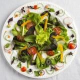 Ensalada vegetal en una placa blanca Foto de archivo