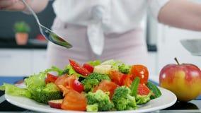 Ensalada vegetal sana con aceite de oliva, lechuga con los tomates y pepinos metrajes