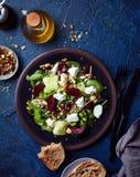 Ensalada vegetal sana fresca con el queso feta foto de archivo