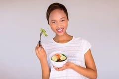 Ensalada vegetariana africana de la consumición foto de archivo