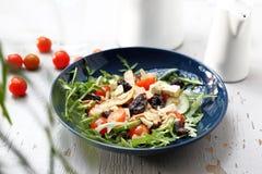 Ensalada vegetariana con el queso de soja, tomates de cereza, arugula, pepino foto de archivo libre de regalías
