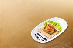 Ensalada vegetariana con la tostada Imagenes de archivo