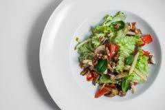 Ensalada vegetariana con las nueces isloated; Imágenes de archivo libres de regalías