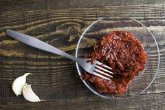 Ensalada vegetariana de remolachas, de zanahorias, del ajo y del aceite de oliva fotos de archivo