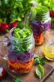 Ensalada vegetariana sana con las verduras frescas en el tarro de cristal fotos de archivo