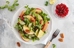 Ensalada verde clara de la granada de la pacana de la manzana Comida sana Co del vegano Fotografía de archivo