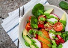 Ensalada verde con la espinaca, pesto, patata dulce Imagenes de archivo