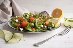 Ensalada verde con los salmones, el pepino, el queso cremoso y el caviar fotos de archivo