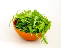 Ensalada verde fresca de Rucola en cuenco Fotos de archivo