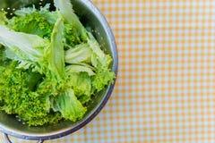 Ensalada verde fresca en la tabla en la célula Fotografía de archivo libre de regalías