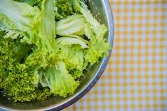 Ensalada verde fresca en la tabla en la célula Imagenes de archivo
