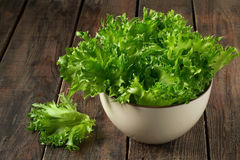 Ensalada verde fresca en un tazón de fuente foto de archivo libre de regalías