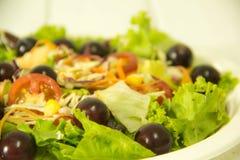 Ensalada verde orgánica y fruta fresca fotos de archivo