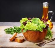 Ensalada y aceite de oliva vegetarianos Imágenes de archivo libres de regalías