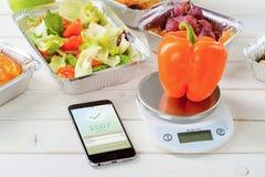 Ensalada y caloría app contrario foto de archivo