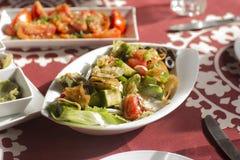 Ensalada y comida tradicionales árabes en el golfo Oriente Medio Fotografía de archivo libre de regalías