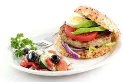 Ensalada y hamburguesa griegas Imagen de archivo libre de regalías
