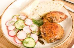 Ensalada y pan cocidos al horno de pollo Fotografía de archivo
