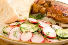 Ensalada y pan cocidos al horno de pollo Fotos de archivo libres de regalías