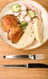 Ensalada y pan cocidos al horno de pollo Foto de archivo libre de regalías