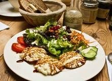 Ensalada y pan sanos en el vector de madera Imagen de archivo