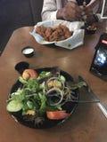 Ensalada y pollo imagen de archivo