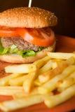 Ensalada y tomates de la hamburguesa con las patatas fritas Fotografía de archivo