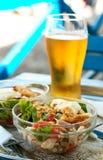 Ensalada y vidrio de cerveza Imagen de archivo libre de regalías