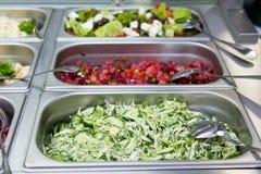 Ensaladas en restaurante en las placas de metal Foto de archivo
