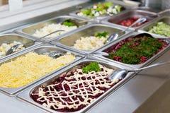 Ensaladas en restaurante en las placas de metal Fotografía de archivo