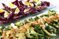 Ensaladas, salmones, verduras orgánicas, huevos duros Fotografía de archivo
