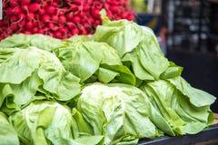 Ensaladas verdes y nabos frescos en el mercado de la comida imagen de archivo libre de regalías