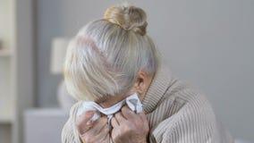 Ensam övergiven deprimerad äldre kvinna som desperat gråter i vårdhem stock video