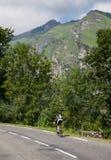 Ensam amatörmässig cyklist Royaltyfria Foton