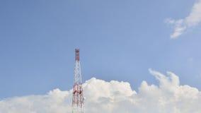 Ensam antenn och blå himmel Arkivfoto
