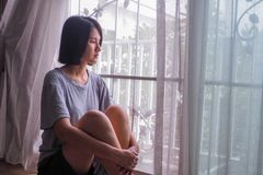 Ensam asiatisk flicka SAD royaltyfri foto