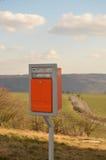 Ensam ask för postboxbrevlådabokstav Arkivfoto