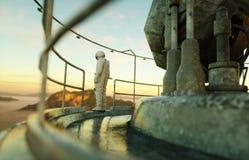 Ensam astronaut på den främmande planeten Marsinvånare på metallgrund Framtida begrepp framförande 3d Arkivbilder