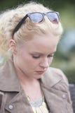 Ensam attraktiv ung kvinna som är ledsen och Royaltyfri Bild